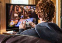 adolescente che gioca ai videogiochi